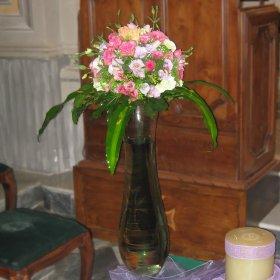 composizione laterale con vaso in vetroarcobaleno fiori